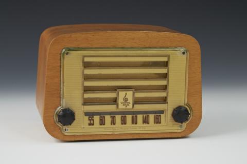 wood box radio with black round knobs